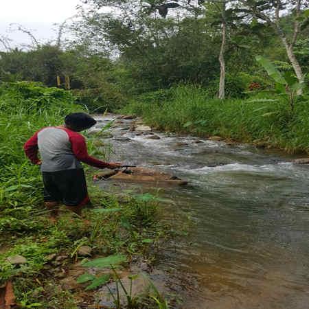 memancing di sungai lepok